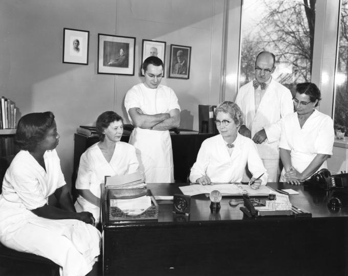 Grace Eldering, thứ ba từ phải sang, và Loney Clinton Gordon, ngoài cùng bên trái, người đã làm việc với Pearl Kendrick và giúp đi tiên phong trong một loại vắc-xin kết hợp cho bệnh bạch hầu, ho gà và uốn ván. Nguồn: history.com