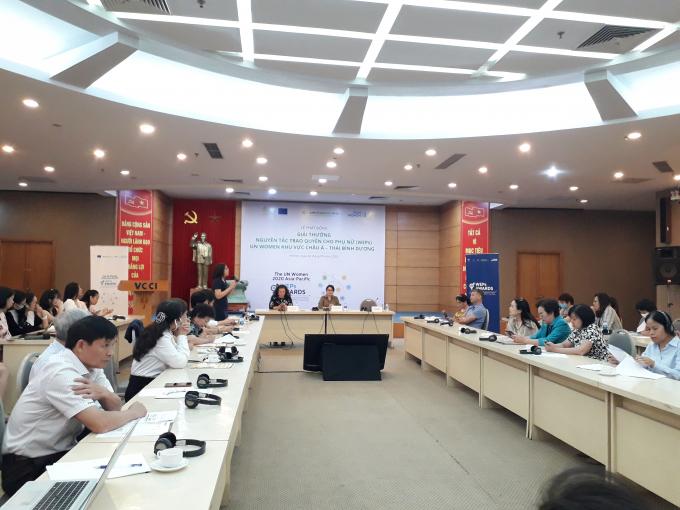 Bà Nguyễn Kim Lan – Quản lý chương trình của WeEmpowerAssia giới thiệu về giải thưởng