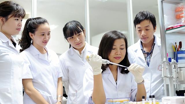 PGS.TS Trần Vân Khánh hướng dẫn các học trò tiến hành nghiên cứu về gene. Nguồn: nhandan.com.vn