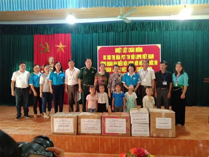Đoàn đại biểu thăm và tặng quà tại xã Chiềng Khừa