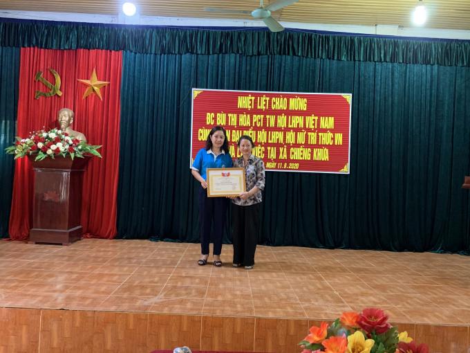 PCT Hội LHPN Sơn La trao tặng bằng khen cho Hội NTT VN về thành tích xuất sắc trong thực hiện chương trình 'Đồng hànhcùng phụ nữ biêncương