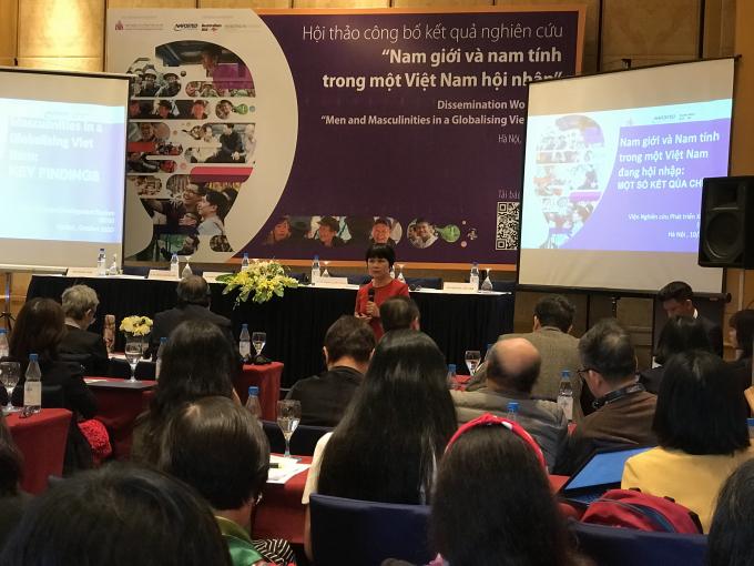 TS Khuất Thu Hồng -Viện trưởng Viện Nghiên cứu Phát triển Xã hội báo cáo kết quả nghiên cứu