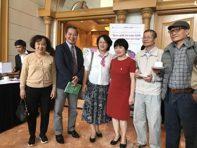 Các đại biểu chụp ảnh lưu niệm bên lề hội thảo