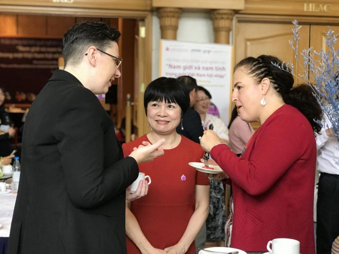 TS Khuất Thu Hồng trao đổi với đại diện Sứ quán Australia tại Việt Nam bên lề hội thảo