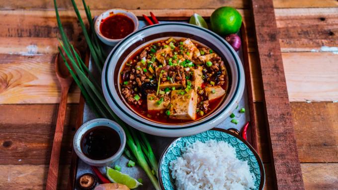 Những ngày se se lạnh mà được thưởng thức đậu phụ Tứ Xuyên thì quả là tuyệt đỉnh. Miếng đậu non béo ngậy hòa quyện với nước sốt cay nồng, rất thích hợp để ăn với cơm nóng.