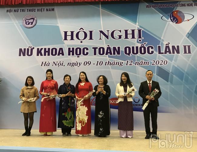 Bà Nguyễn Thị Hồi (đứng thứ 3 từ trái qua), và TS. Phạm Thị Mỵ (thứ 5, từ trái qua) thay mặt Hội NTT Việt Nam tặng hoa các nhà tài trợ