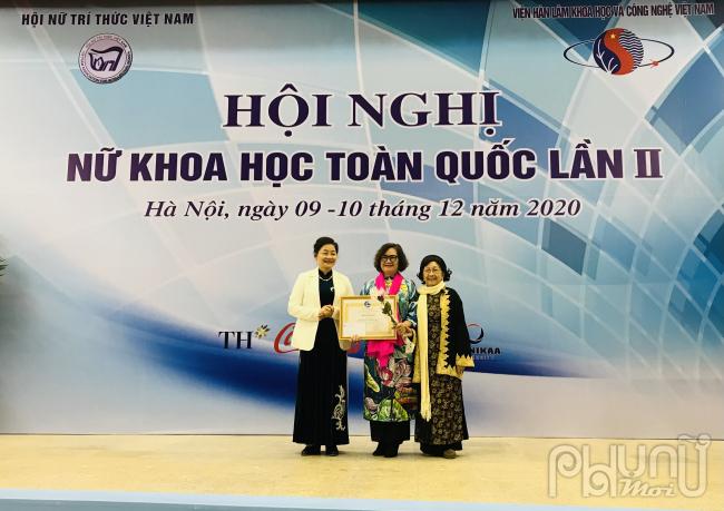 GS.TSKH Phạm Thị Trân Châu và bà bà Trần Thị Hương, Phó Chủ tịch Hội LHPN Việt Nam trao tặng Bằng khen cho GS.TS Lê Mai Hương