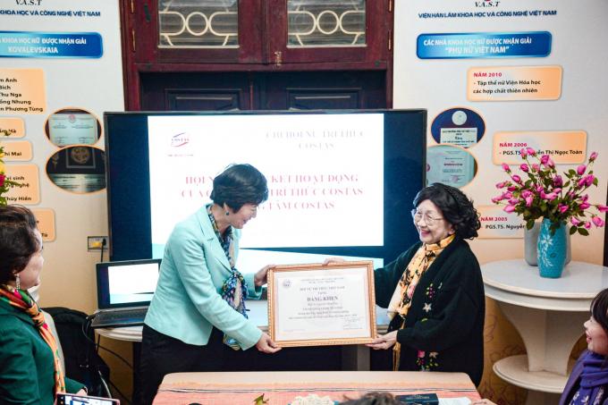 GS.TSKH Phạm Thị Trân Châu - Chủ tịch Hội Nữ trí thức Việt Nam trao tặng bằng khen cho tập thểChi hội nữ trí thức Bộ Khoa học Công nghệ và Trung tâm COSTAS