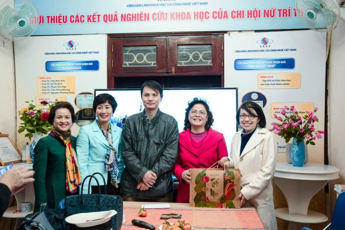 Nhóm các nhà khoa học tặng quà đầu năm cho Chi hội và trung tâm COSTAS
