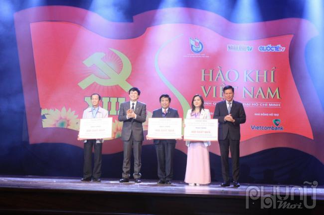 Ban tổ chức trao quà cho đại diện 4 tỉnh miền Trung chịu ảnh hưởng nặng nề do bão lũ (Hà Tĩnh, Quảng Ngãi, Quảng Trị, Thừa Thiên Huế)