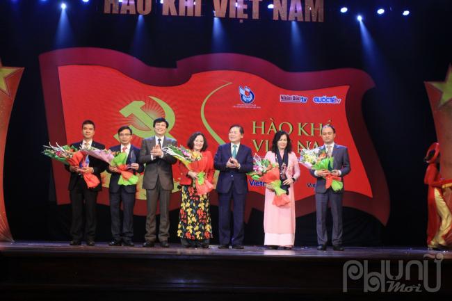 Ban tổ chức trao hoa và vinh danhcác tổ chức cá nhân và doanh nghiệp đã có những đóng góp tích cực trong công tác an sinh xã hội.