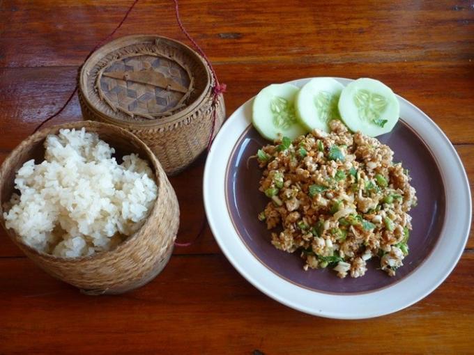Lạp thường được người Lào ăn cùng với xôi nóng.