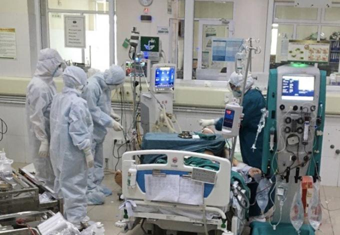 Các bác sỹ đang tiến hành lọc máu liên tục cho bệnh nhân Covid nặng tại bệnh viện nhiệt đới Trung ương cơ sở 2