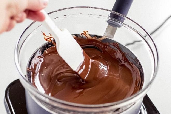 Đuncách thủy chochocolatetan chảy hoàn toàn