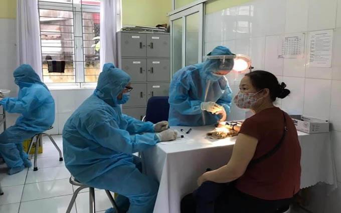 Cán bộ y tế lấy mẫu xét nghiệm Covid-19 tại phường Lê Thanh Nghị (TP. Hải Dương)