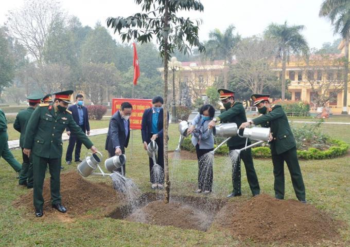 các đồng chí lãnh đạo Trung ương, Hội LHPN Việt Nam, lãnh đạo thành phố Hà Nội tham gia lễ phát động