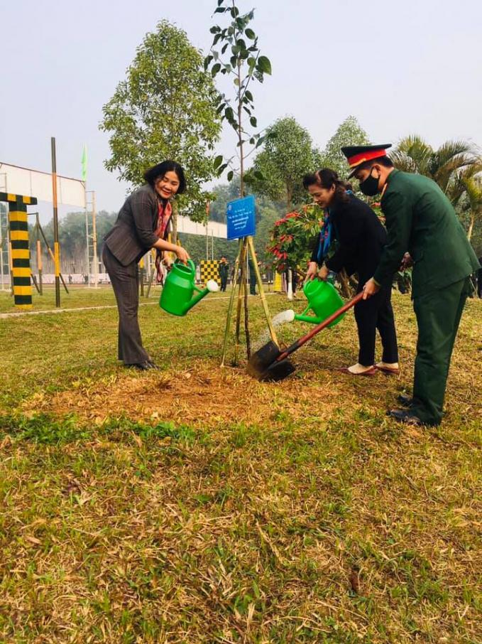 Đại diện Hội NTT Việt Nam tham gia trồng cây tại Sư đoàn 308
