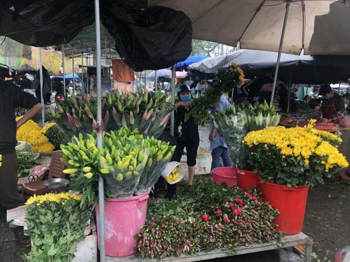 Tại chợ đầu mối phía Nam thì giá hoa rẻ hơn, nhưng thường bán với số lượng lớn.