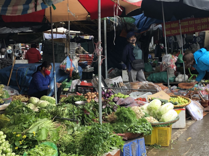 """Nhiều loại rau giảm giá sâu do nguồn rau từ các vườn nhiều, chưa kể đến lượng su hào, bắp cải, cà rốt… được chuyển từ Hải Dương về """"giải cứu""""."""