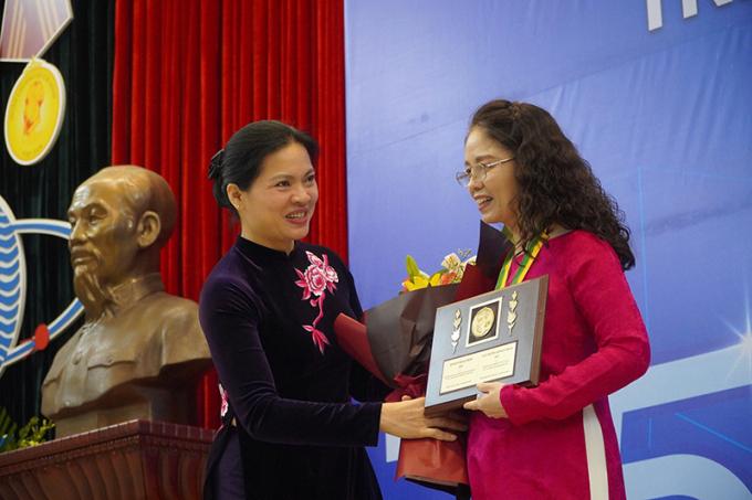 Chủ tịch Hội LHPN Việt Nam Hà Thị Nga trao Giải thưởng Kovalevskaia 2020 tặng PGS. TS Trương Thanh Hương