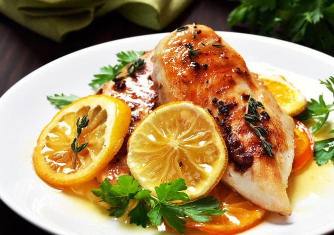 Cam tươi có vị chua ngọt được điều vị hợp lý thấm vào từng thớ thịt gà mang đến cảm giác kích thích vô cùng lạ miệng