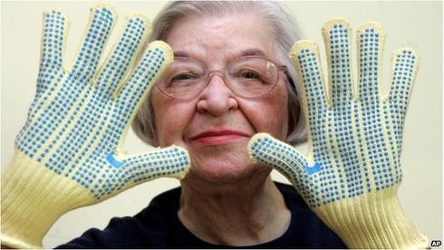 Nhà hóa học Stephanie Louise Kwolek và chiếc găng tay làm từ sợ Kevlar