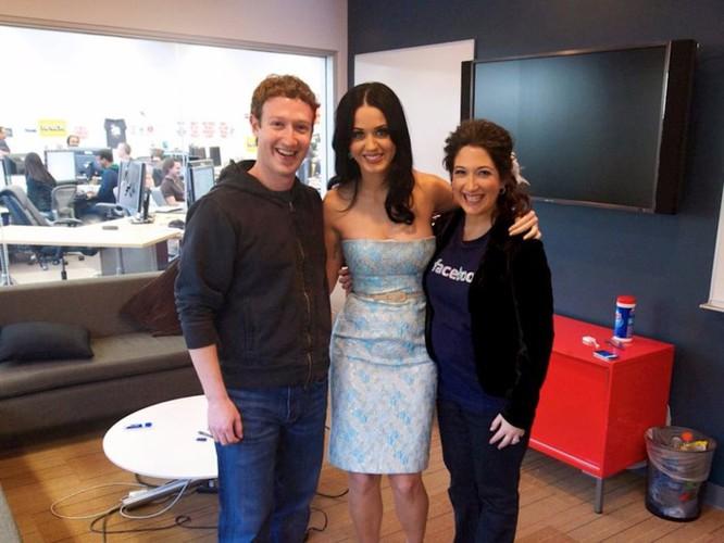 Mark và Randi chụp ảnh cùng ca sỹ Katy Perry khi trong thời gian làm việc tại Facebook.