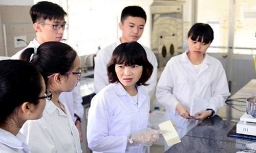 TS Hoàng Thị Đông Quỳ đang hướng dẫn sinh viên nghiên cứu khoa học