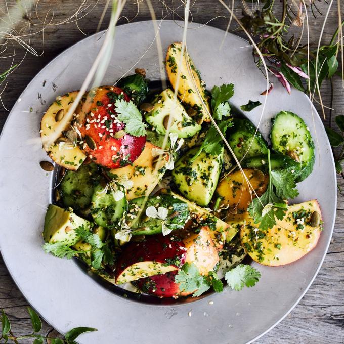 Salad đào và dưa chuộtrất dễ ăn và không phải lo lắng về chuyện tăng cân!