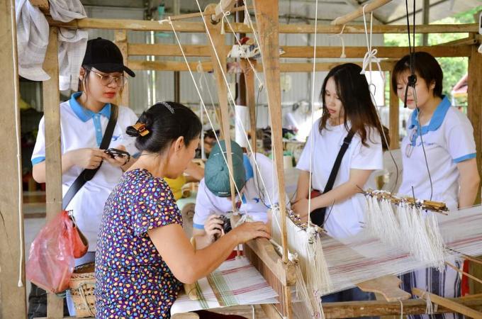 Các bạn TNV của dự án trong một chuyến đi trải nghiệm tại làng dệt Mai Châu, Hòa Bình