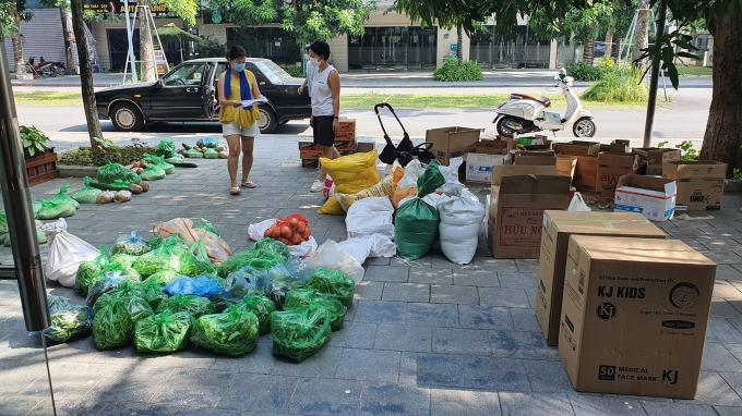 Chị Huyền và những người bạn tại KĐT Ecopark đang phân chia và xếp đồ hỗ trợ cho người dân có hoàn cảnh khó khăn trong nội thành Hà Nội ngày 5/8. Ảnh: Facebooker Huyền Machi