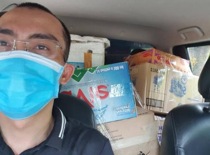 Chuyến xe chất đầy nhu yếu phẩm thiết yếu do nhóm thiện nguyện của chị Huyền gửi tới người cần hỗ trợ trong vùng dịch. Ảnh: Face booker Huyền Machi