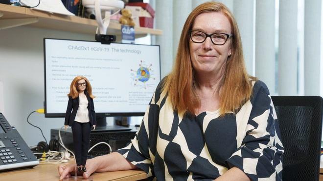 Giáo sư Sarah Gilbert và búp bê Barbie phiên bản chính bà (Ảnh: PA).