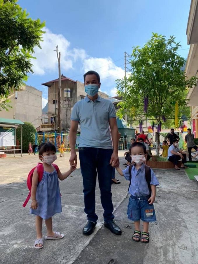 Anh Linh (Quảng Hòa, Cao Bằng) đưa hai bé sinh đôi tới trường dự Lễ khai giảng