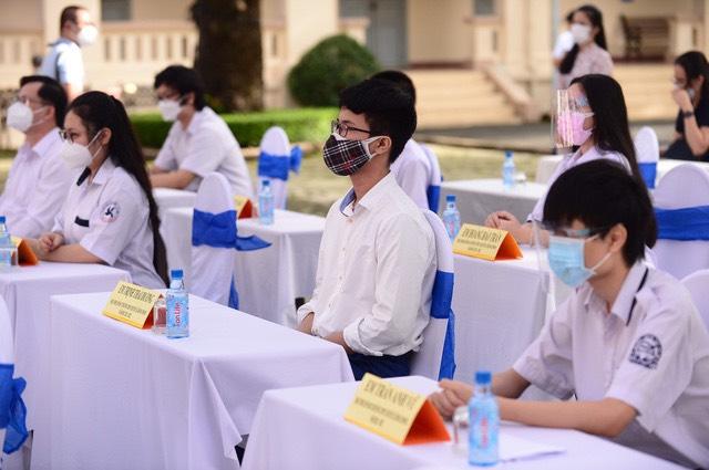 Đại diện học sinh các khối lớp tham dự lễ khai giảng tại trường THPT Lê Hồng Phong (TP. HCM)