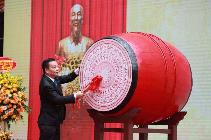 Đồng chí Chu Ngọc Anh - Chủ tịch UBND Tp. Hà Nộiđánh trống khai giảng năm học mới