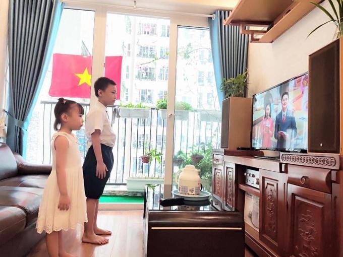 Bé Phạm Quang Nhật (Trường tiểu học Lý Nam Đế) và em gái theo dõi Lê khai giảng qua truyền hình.