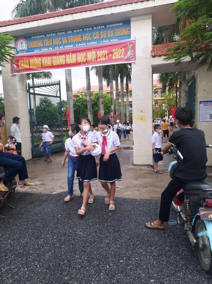 Học sinh trường Tiểu học và THCS Vũ Trung (Kiến Xương, Thái Bình) vẫn được tới trường tham dự lễ khai giảng đón chào năm học mới