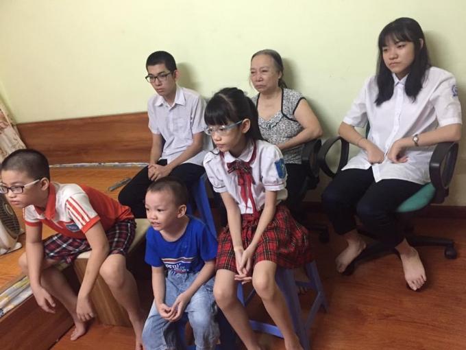 Cả gia đình chị Vũ Thanh Tâm (quận Thanh Xuân, Hà Nội) cùng theo dõi buổi lễ khai giảng năm học mới trên sóng truyền hình