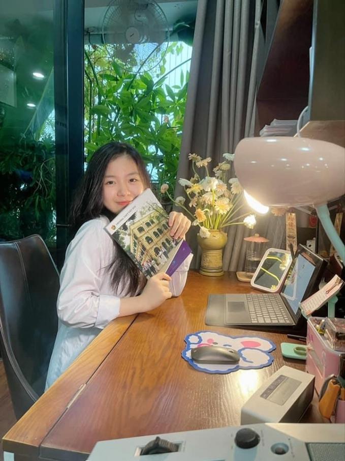 Nữ sinh Trần Cẩm Tú (Trường THPT Việt Đức) đón chào năm học mới tạigóc học tập xinh xắn của mình.