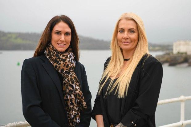 Nikki Belton (trái) vàLianne Woolman (phải) - hai người sáng lập The Nake Cleaning Company muốn nhân rộng mô hình dọn nhà khỏa thân tới nhiều nước trên thế giới.