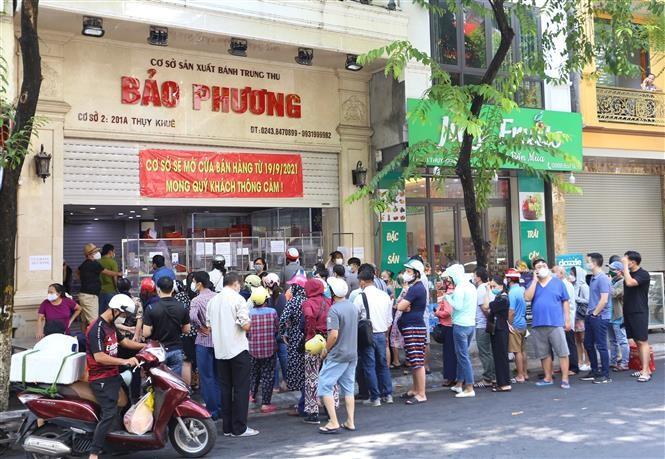 Người dân Hà Nội xếp hàng để mua được những chiếc bánh trung thu Bảo Phương