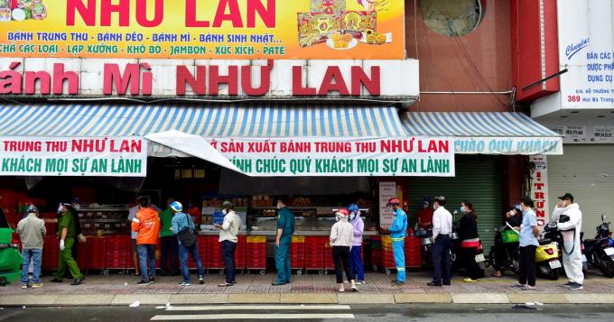 Người dân xếp hàng để mua bánh trung thu Như Lan