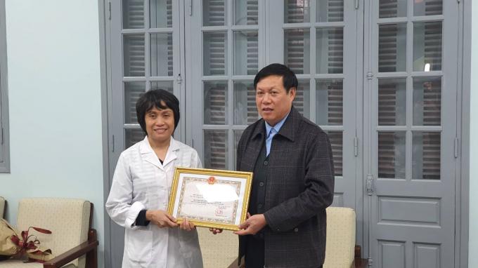 GS.TS Lê Thị Quỳnh Mai (bên trái) nhận bằng khenBằng khen cho cá nhân có thành tích xuất sắc trong công tác phòng chống dịch COVID - 19 của Bộ y tế.