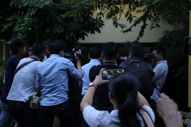 Nguyễn Hữu Linh chui trong nhà vệ sinh chốt cửa khi đến tòa