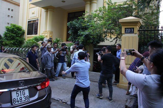 Nguyễn Hữu Linh chạy trốn trong nhà vệ sinh.