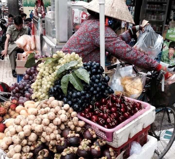 Cherry Trung Quốc tràn xuống cả lòng đường với xe bán dạo.