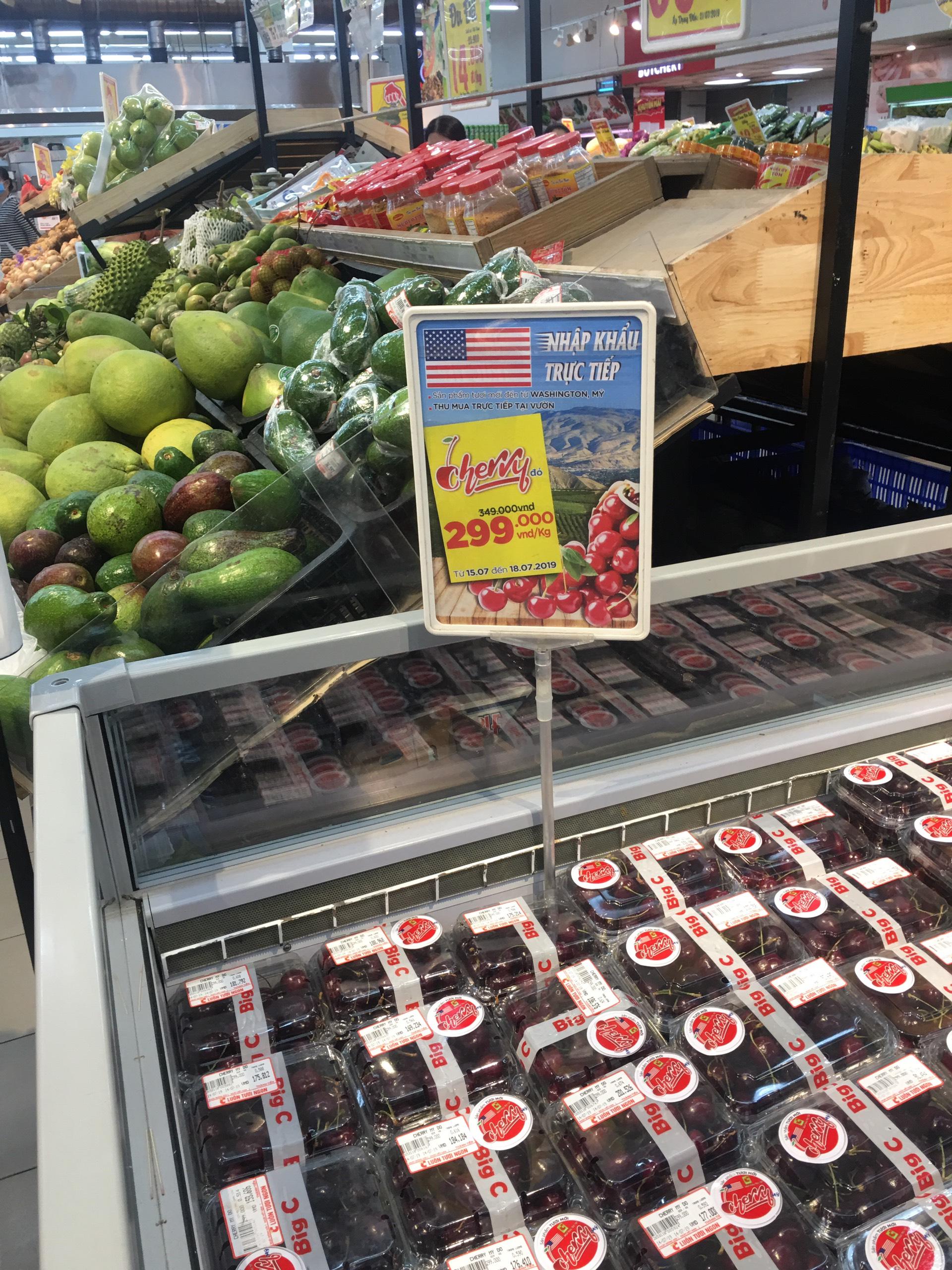 Đối với giá 299 ngàn đồng/kg, cherry tại Big C chỉ được bán giảm giá chỉ trong 4 ngày từ ngày 15.7-18.7 . Ảnh: PV