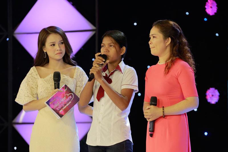 3 chị em người dân tộc Co mồ côi cha mẹ khiến Quỳnh Anh và Trấn Thành rơi nước mắt