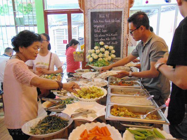 """Quán buffet chay tùy tâm giữa lòng Sài Gòn: """"Ăn tùy bụng, trả tùy tâm"""""""